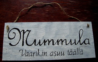 Mummula = grandmother lives here, Vaarikin asuu täällä = also grandfather lives here :)