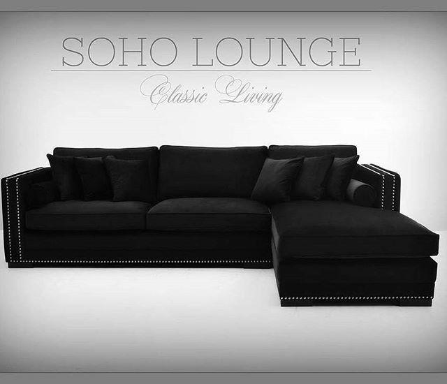 """""""SOHA LOUNGE"""" Sofa.   Soho Lounge sofa er en lekker sjeselongsofa trukket i delikat sort velour. Sofaen har et klassisk og tidløst design med faste ryggputer rette linjer og nagler i børstet stål. 8 stk. løse puter medfølger. Fyllet i sete- og ryggputene er nøye utvalgt med tanke på komfort og varighet. Kommer også i grå velour   Se www.classicliving.no"""