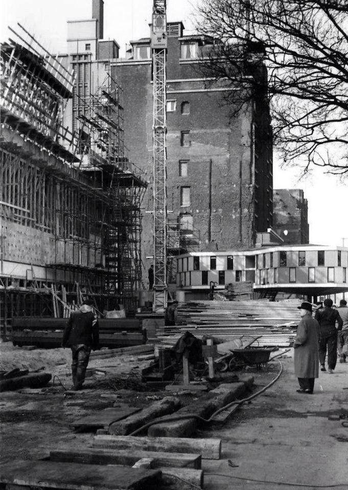 We zien vooral de bouwkeet van de nieuwe Bijenkorf aan de Coolsingel in 1956. Nadat de bouwwerkzaamheden waren afgerond verhuisde deze naar het Zuidplein. Kunsthal Zuid, werd het gebouwtje genoemd. Talloze kunstenaars exposeerden er. In 1987 heeft die  het loodje gelegd. Tegen die tijd was het al enkele jaren wat we nu een honk voor oudere jongeren zouden noemen. Die verkasten naar een nieuw onderkomen bij metrostation Slinge. WIR