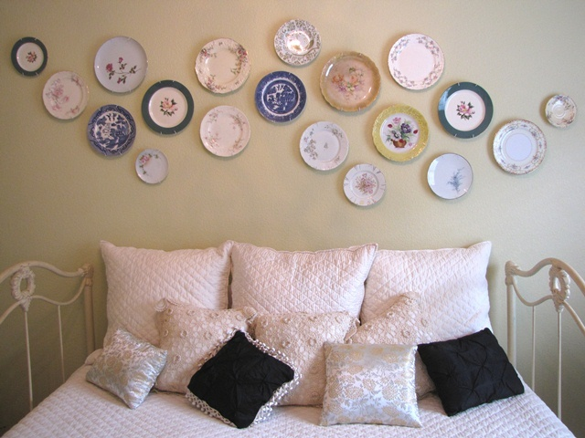Plates as wall hanging - DIY decor in the guest bedroom