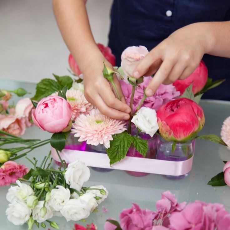 raliser une composition florale pour la fte des mres avec des pots de yaourt diy