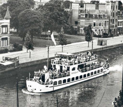 Fries Fotoarchief,op de achtergrond de Emmakade, en Oranjenassaupark