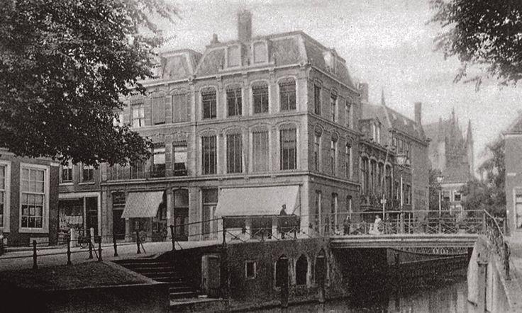 De Hogewoerdsbrug en het Gangetje, gezien vanaf de Steenschuur (ca. 1900).