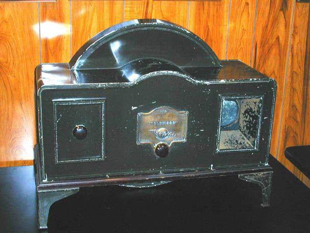 Ne întoarcem astăzi în primii ani ai apariţiei televizorului 1926-1934, perioadă ce este cunoscută ca şi Era Televiziunii Mecanice . Aşa cum vă aşteptaţi, în acele vremuri televizoarele mecanice nu semănau cu cele de azi nici ca formă şi nici ca principiu de funcţionare. Prima ...