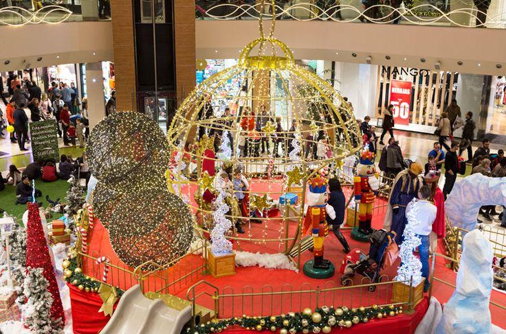 La magia de la Navidad reina en los centros comerciales gracias a nuestras exclusivas luces, decoración y detalles navideños. ¡Trabajamos con ilusión para dibujar sonrisas tanto en grandes como en pequeños!