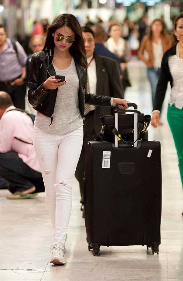 Eiza González, cómoda, pero con estilo, a su paso por el aeropuerto