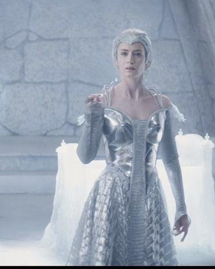 Le chasseur et la reine des glaces freya pinterest reine des glaces reine et glace - Robe reine des glaces ...