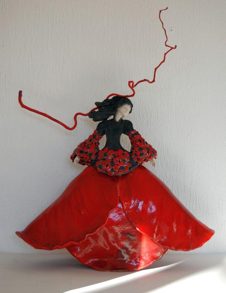 """Pauline Wateau (France) - """"fille coquelicot"""" - cette artiste réalise essentiellement des sculptures féminines en raku, empreintes de grâce et poésie, mais aussi extrêmement bien détaillées et fines."""