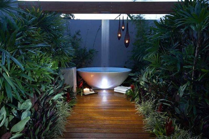 Bañera redonda con caída de agua tipo cascada , hermosa Iluminacion    Round bathtub with waterfall type faucet , beautiful illumination