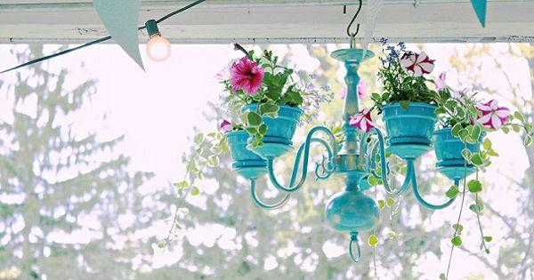 Чего только не придумают эти любители цветов! Оригинальная подставка для вазонов из люстры.