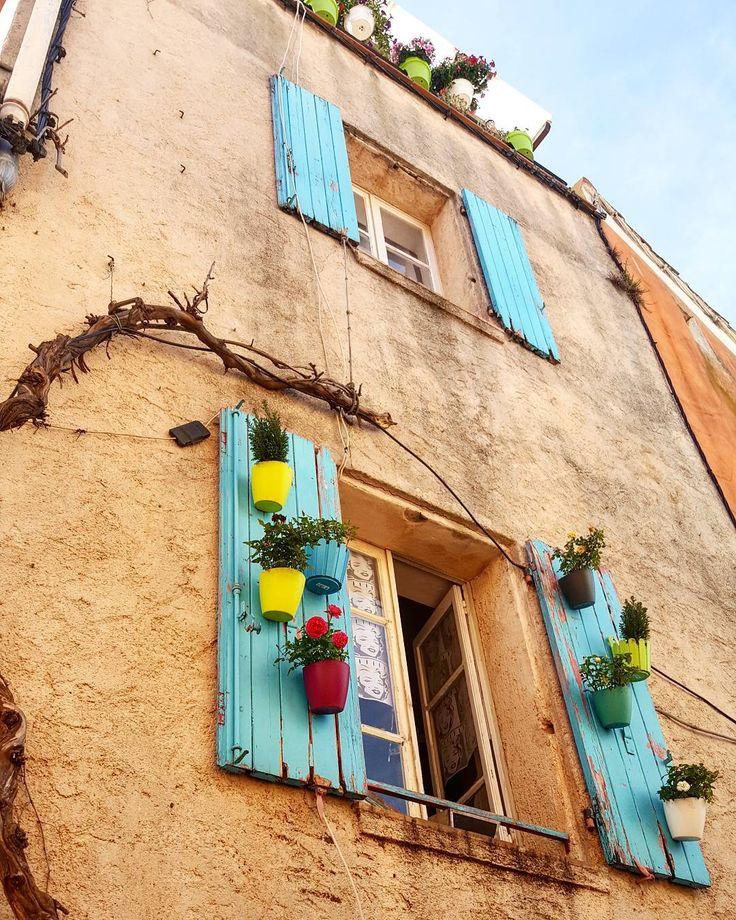 Speriamo non mi caschi in testa un vaso di fiori #freyus#provence#loves_france#igersfrance#topfrancephoto#ig_france#instago#hello_france#france_photolovers#france#visitlafrance#igtravel#igdaily#photooftheday#photo#picoftheday#trip#vsco#vscocam#ig_europe# by martydelnevo