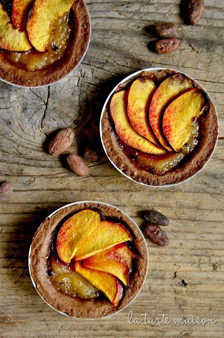 Crostatine alle pesche e fave di cacao | La tarte maison
