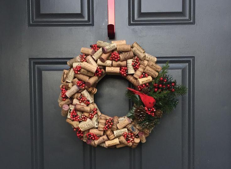 Pronte per il Natale 2015? Ecco come realizzare un centrotavola o una ghirlanda con i tappi di sughero fai da te liberando la vostra creatività.