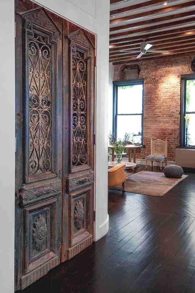 puerta antigua en un interior actual