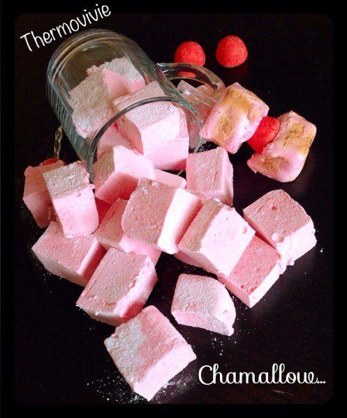 Chamallow ou petites guimauves au thermomix Ingrédients: 2 blancs d'oeufs 250 g de sucre 5 feuilles de gélatine 2 cuillères à soupe de sirop aromatisé (sirop de fraise tagada, sirop de menthe , sirop de réglisse, ou autres...) facultatif une pointe de couteau de colorant alimentaire 15 g de maïzena