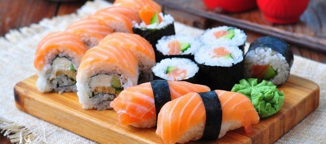 Nori (zeewier)bladen, japanse kleefrijst, zalmfilet, tonijnfilet, kleine garnaaltjes, krabstiks, komkommer, rode en groene paprika,mierikswortel(in tube) soya-saus   HULPMIDDELEN  Matje op suhi's te rollen, een groot vooral scherp mes, koekenpan.