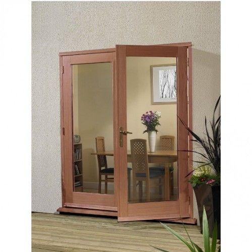 Desain rumah minimalis dengan pintu panel kaca besar dan bingkai kayu