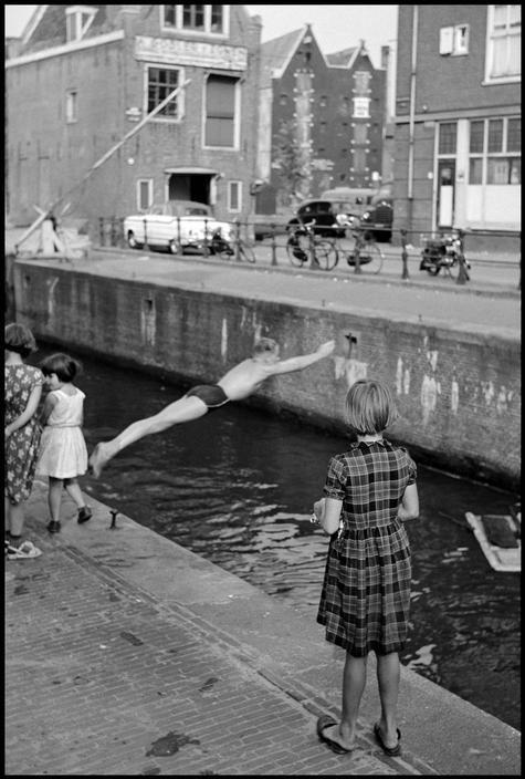 Leonard Freed. NETHERLANDS. Amsterdam. 1964. Swimming in a canal. Toen de grachten nog echt smerig waren