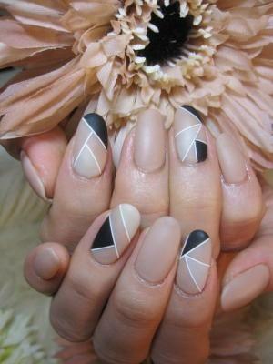 uñas postizas negras con tonos color nude