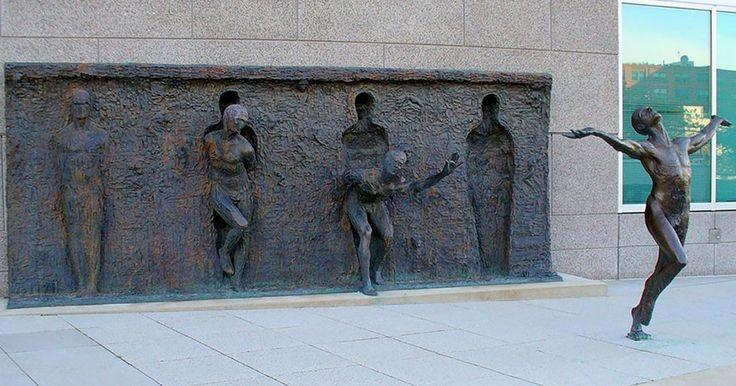 Freedom è l'opera bronzea realizzata daZenos Frudakis, davanti agli ufficidella GlaxoSmithKline a Philadelphia.  Una sequenza mostra l'ndividuo...