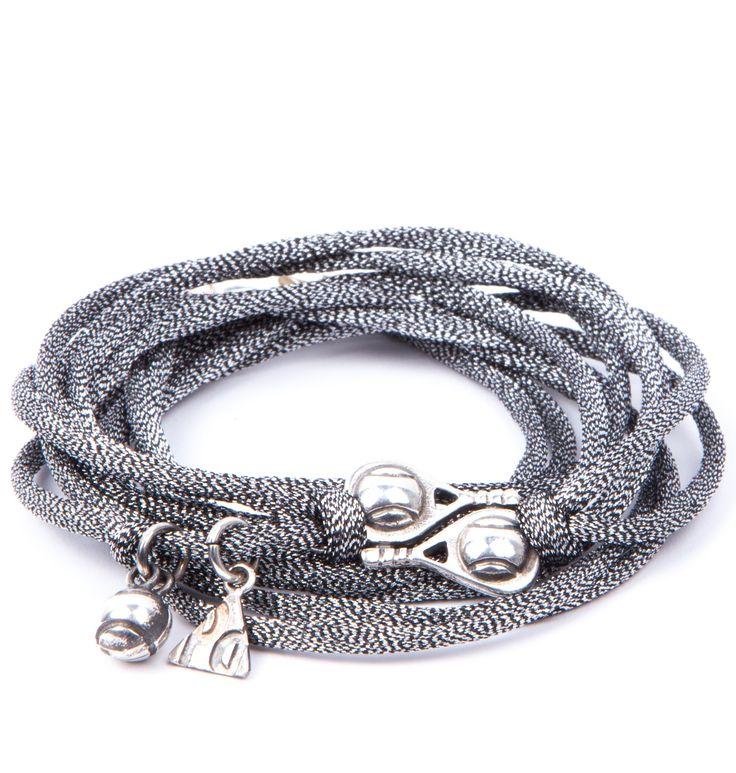 Pulsera Nevera. Pulsera de cordón de seda de cuatro vueltas en color plata con insignias de plata de ley envejecida. Elabora 100% artesanalmente en España.