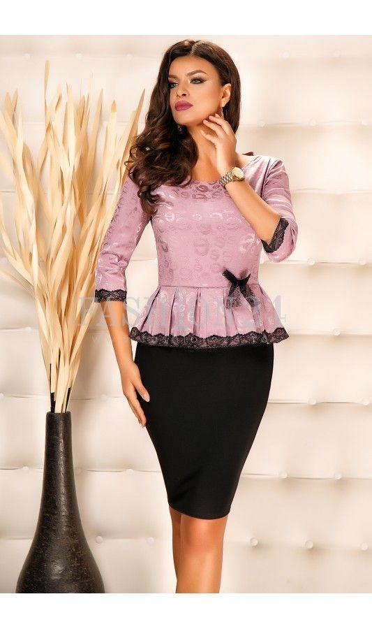 Rochie Jain Purple -  Rochie office, in nuante de mov si negru, cu fundita si peplum in talie, decolteul rotund, manecile trei sferturi, crapatura pe picior si inchidere prin fermoar la spate, fabricata in Romania.  culoare: Negru si Mov   rochie office   cu peplum si fundita in talie   manecile trei sferturi   crapatur