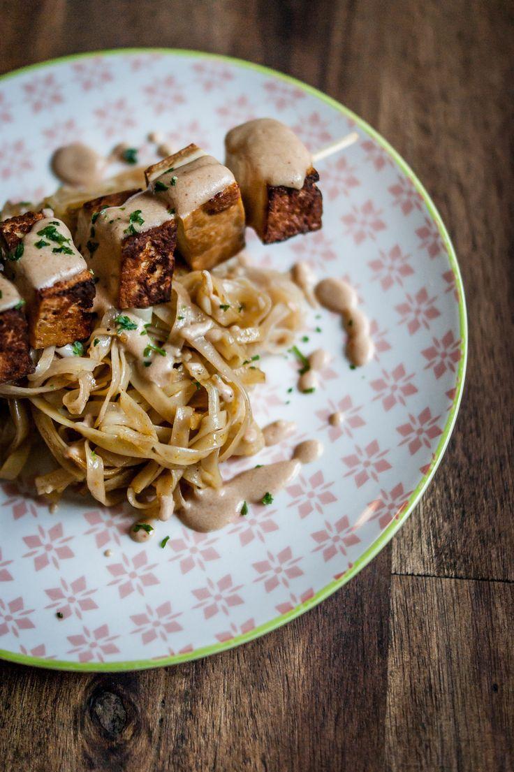 So, mein 7. Tag Vegan und heute zeig ich euch mal ein sehr tolles Rezept. Es hat nichts mit Gemüse zu tun, sondern es gibt Tofu Satay mit Reisbandnudeln.