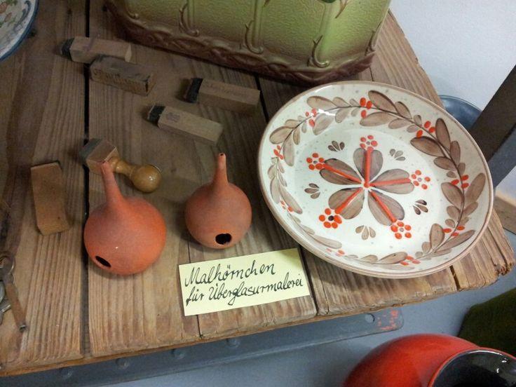 Zeller Keramik museum attributen voor het op het glazuur decoreren.