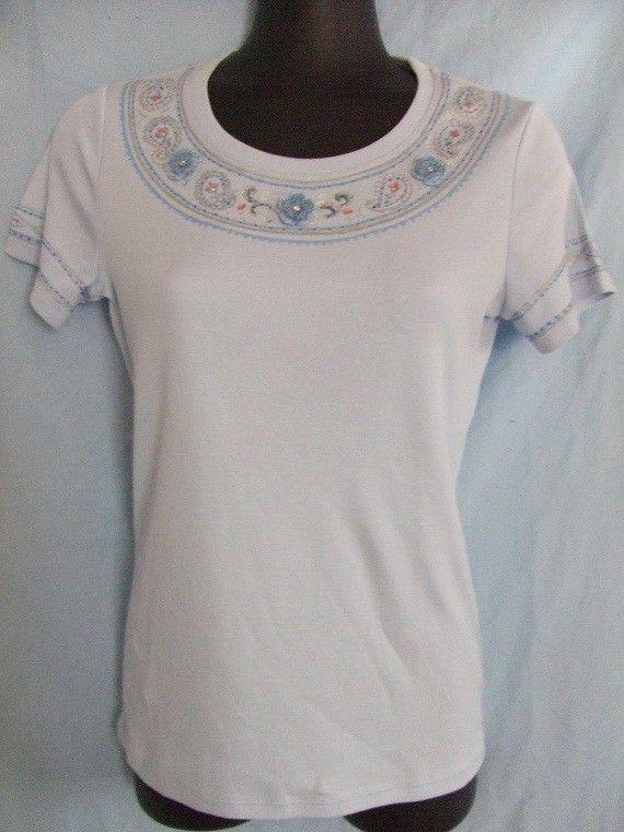 ライトブルーのTシャツにメタリックカラーの染料でペーズリー模様を描いてスワロフスキーのラインストーンとフランス製糸で編んだ小花で飾ってみました。素材  綿10...|ハンドメイド、手作り、手仕事品の通販・販売・購入ならCreema。