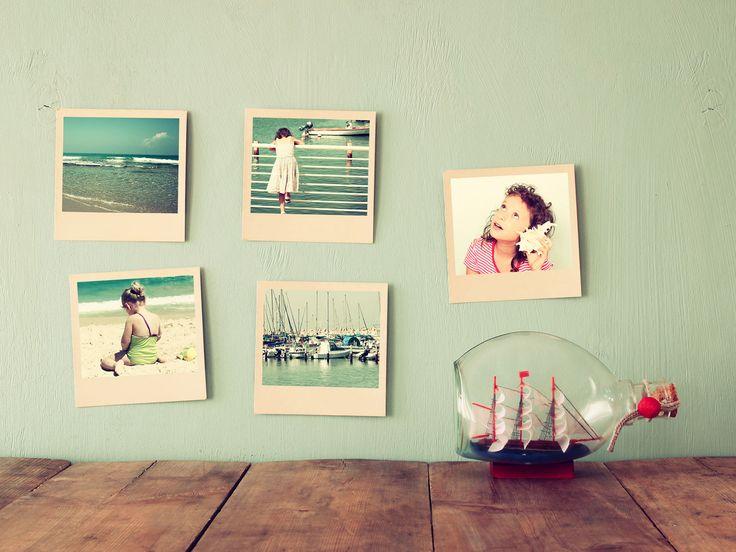 Zo'n muur, met Polaroids en een scheepje in een fles... #vindikleuk #herinneringen #tijdingen Check facebook.com/tijdingen