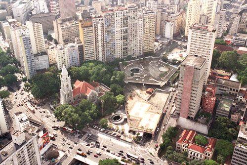"""Neste fim de semana, quem gosta de fotografia pode se juntar ao grupo do fotógrafo André Douek para descobrir os encantos e as particularidades da praça Roosevelt. O evento, batizado de Jornada Fotográfica, reúne interessados em fotografar pontos da cidade de São Paulo. Para participar não paga nada, basta se inscrever pelos e-mails adouek@prefeitura.sp.gov.br, andredouek@uol.com.br...<br /><a class=""""more-link""""…"""