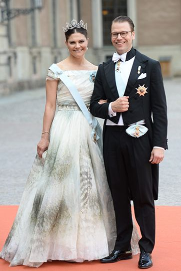 Crown Princess in the inner courtyard. Crown Princess wears a dress in a blue-green hue from H & M's Exclusive Conscious collection. For this berry Crown Princess Princess Sibylla diadem, poireörhängen and a poirebrosch with diamond.  The Crown Princess also carries Seraphim's light blue ribbon, word characters, and grand, and a miniature portrait of The King framed in diamonds. Photo: Fredrik Sandberg / TT
