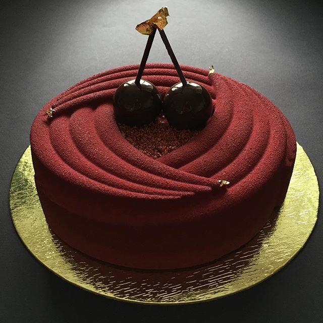 Cherry-Chocolate- Tonka bean🍒 Внутри этого красавца новое невероятное сочетание вкусов Вишня-шоколад-бобы тонка. Для всех любителей 🍫🍫🍫 доступен к заказу!!🎂😋 А у меня ещё есть на сегодня парочка свободных🎂🍰🎂🍰😉📲 89090703010  Всем отличной пятницы, Друзья!!!🎉🎊💫
