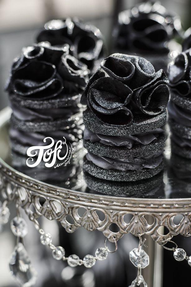 Чёрный десертный стол