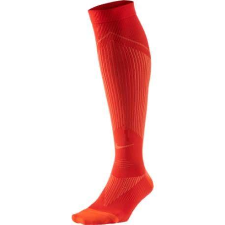 Ajustées, confortables et respirantes, les chaussettes Elite Run Compression OTC de Nike ont tout pour vous plaire lors de vos courses à pied. Ces chaussettes de compression possèdent une légère compression afin de maintenir parfaitement vos muscles et offrir un confort maximal. Vous apprécierez en plus ses renforts au niveau de la pointe et des talons, pour plus de résistance.