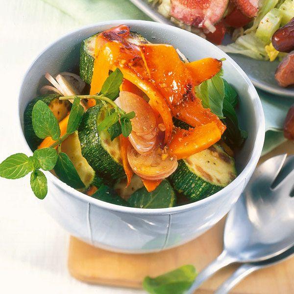 Die Kürbiszubereitung für dieses Rezept ist recht einfach. Den weichen Hokkaido-Kürbis müssen Sie nicht schälen und braten ihn einfach in der Pfanne.
