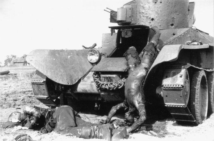 Сгоревшие советские танкисты легкого танка БТ-2