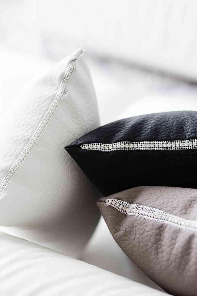 Bligbling! THEO pielustyynyissä on ihana Swarovski-kristallinauha. #lennol #swarovski #blingbling
