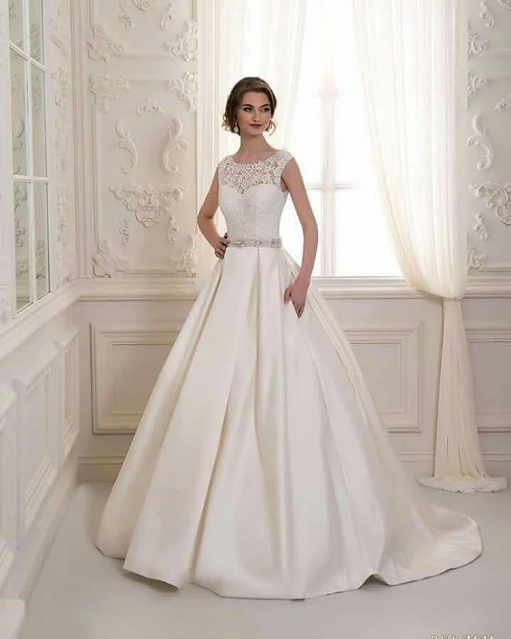 1133263c53 Gyönyörű mikádo selyem szoknyás menyasszonyi ruha ekrü színben próbálható a  Nefelejcs ruhaszalonban.