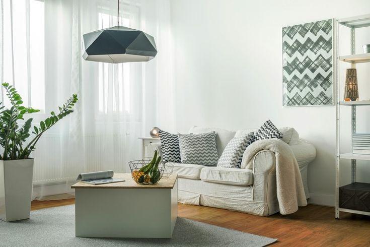 Salon de petites tailles avec de larges vitres pour accueillir plus d'espace dans votre pièce aux murs clairs et blancs pour un atmosphère pleine de fraîcheur