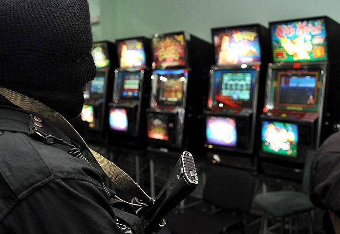 Правоохранители закрыли нелегальное казино в Москве.  В торговом центре на проспекте 60-летия Октября в Москве прекратило свою подпольную деятельность нелегальное казино. Сотрудники полиции и бойцы ОМОНа штурмовали заведение, в которое можно было попасть толь�