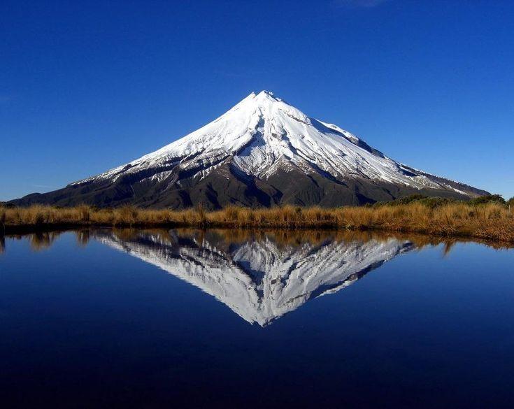 El Monte #Taranaki, Nueva Zelanda, con empinadas laderas casi   simetricas, estrato volcán geológicamente activo, que estalló en 1854. Publicado por: @jaimessincioco