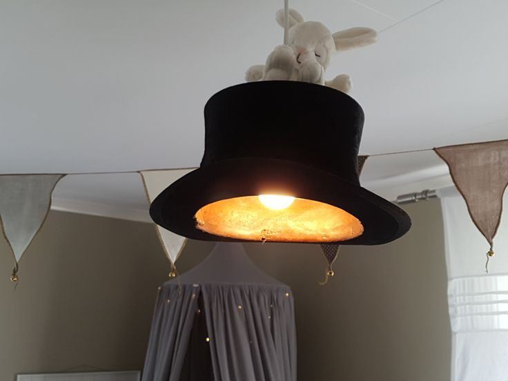 En svart gammal hatt gjordes till en fin taklampa i lekrummet.