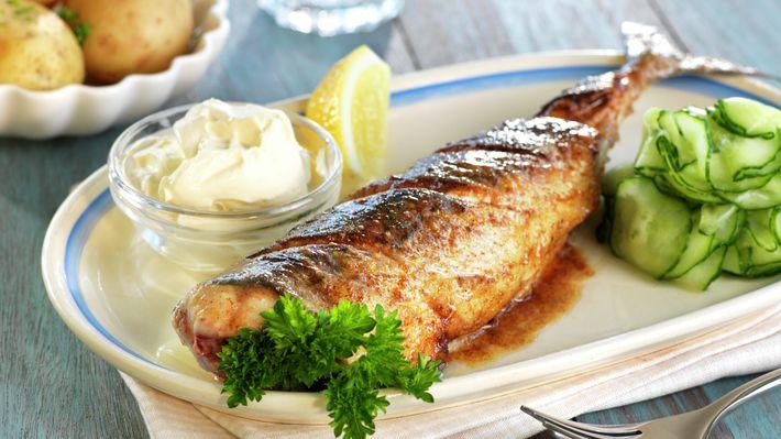 På Sørlandet er makrellen en yndet gjest på sommerhalvåret. Den er trofast og ikke minst lettlurt. Det å fiske makrell er utrolig morsomt, kanskje spesielt for dem som ikke får så veldig mye fisk på kroken resten av året. Den ekte sørlending serverer makrellen helstekt med agurksalat, rømme og kokte nypoteter.