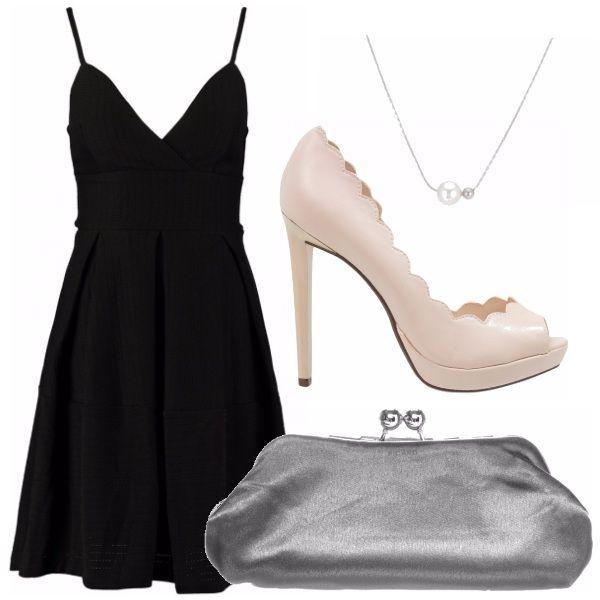 Per una serata romantica. Vestitino nero, semplice ed elegante. Clutch argentata da abbinare ad un ciondolo con due delicate perle. Scarpe alte, originali ma dal colore tenue.