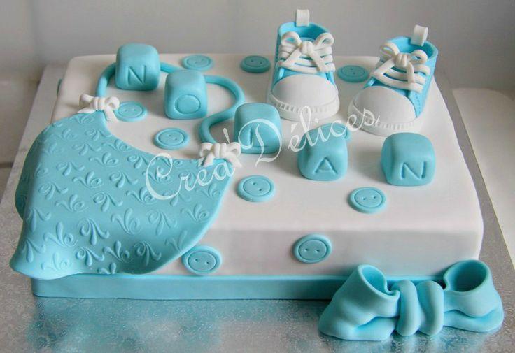 Gâteau avec décoration en pâte à sucre pour bébé garçon.