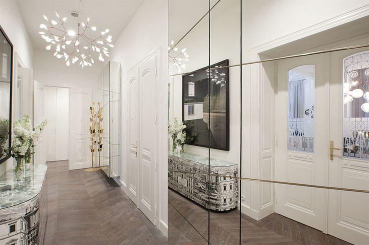 Komoda od Petra Fornasettiho si výborně rozumí se secesními motivy prosklených dveří i moderní zrcadlovou skříní.
