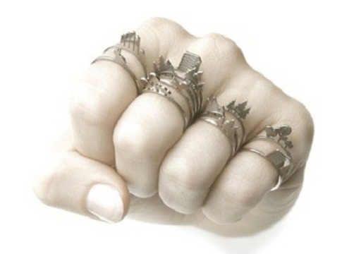 Sapete che se mettete l'anello nel pollice destro ha un significato e se lo mettete nel sinistro ne ha un altro? Beh è proprio così, non mettete gli anelli a caso, la posizione degli anelli in base alle dita ha un vero e proprio signi ...