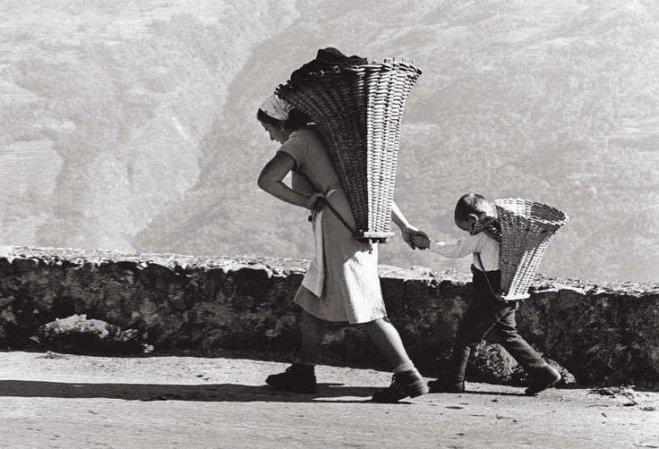 Le due gerle, Teglio Sondrio, 1972, Pepi Merisio #TuscanyAgriturismoGiratola