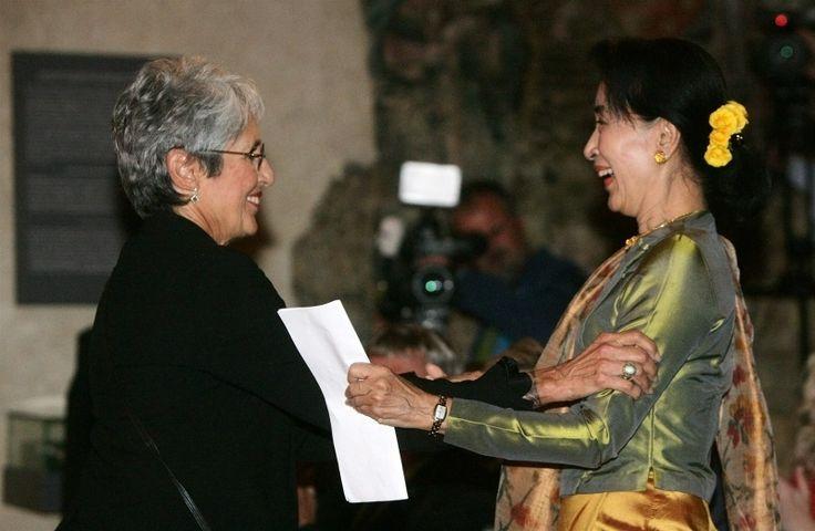 Zahájení mezinárodní konference Fórum 2000 se zůčastnila barmská disidentka a nositelka Nobelovy ceny míru Su Ťij. Na snímku s Joan Baez (vl...